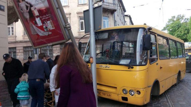 Страшное ДТП: Во Львове маршрутка влетела в легковушку