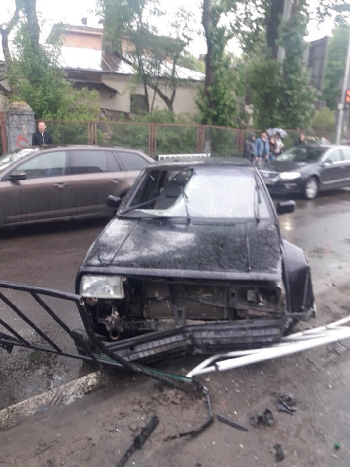 Перебегала на красный свет: Во Львове в страшном ДТП погибла девушка