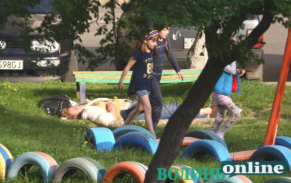 «А вблизи играли дети»: В Луцке женщина с расстегнутыми брюками спала на скамейке