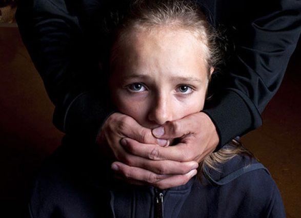 «Через 4 дня ее тело нашли в церкви»: Появилось видео, как педофил похищает 11-летнюю девочку