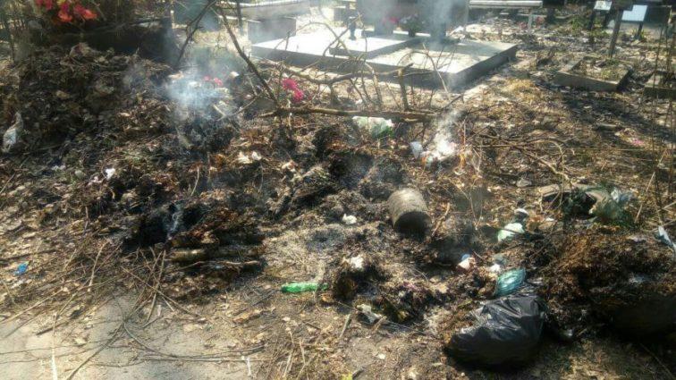 Могилы засыпали мусором и подожгли: Украинцев разгневали фотографии произвола на столичном кладбище