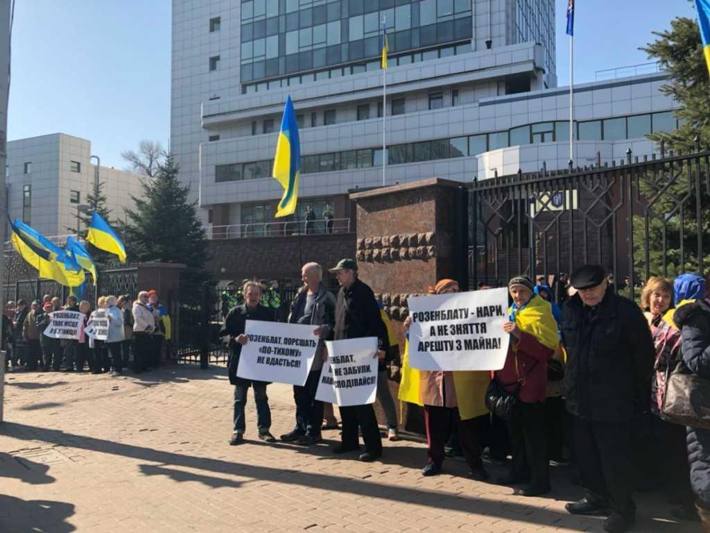 «В нашей стране справедливости нет»: Украинцы устроили пикет прямо под Апелляционным судом Киева. Что происходит в столице прямо сейчас
