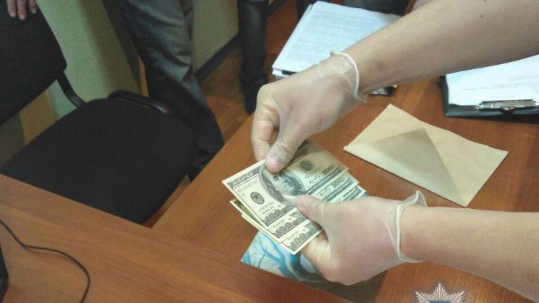 Брал деньги за отсрочку от призыва в армию: В Херсоне на взятке попался офицер