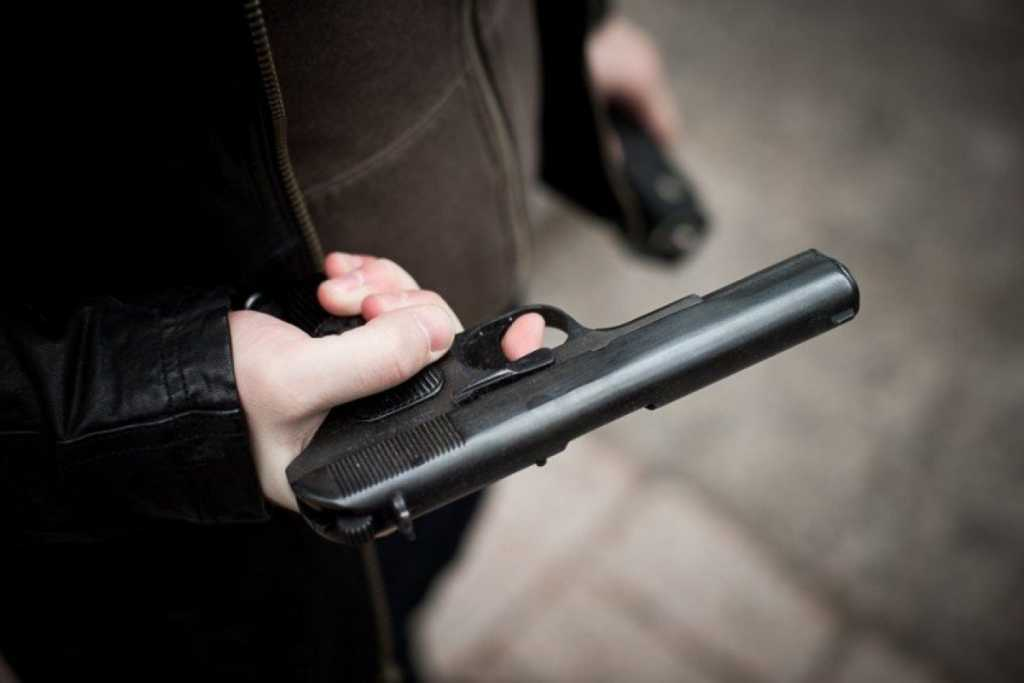 «Достал спецсредство и…»: Пьяный мужчина выстрелил в друга