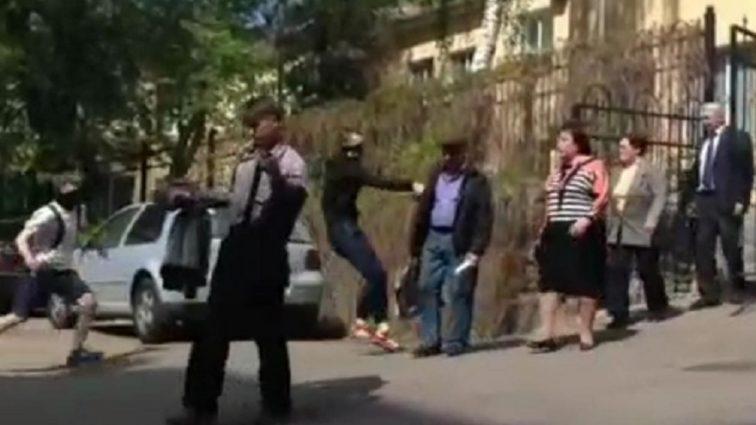«Не будет коммунистам покоя на украинской земле…»: На Наталью Витренко напали прямо под зданием суда в Киеве