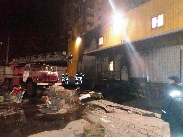 На тушение пожара выехало 13 единиц техники: В Запорожье загорелся супермаркет