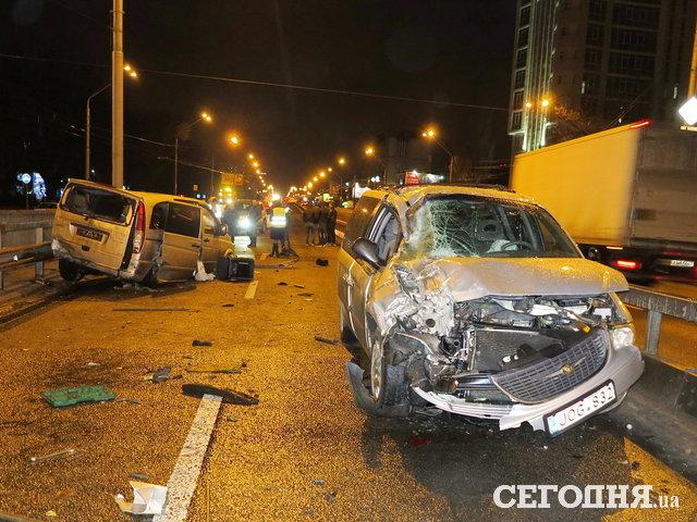 «Металлолом валялся по всей дороге»: В Киеве возле метро произошло масштабное ДТП