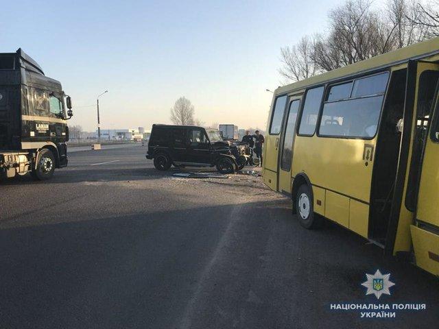 «Решил розврнутися, как вдруг ..»: Маршрутка с пассажирами попала в ДТП, есть пострадавшие