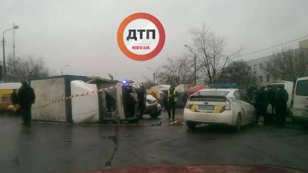 «От сильного удара авто перевернулась на бок»: Пьяный водитель на скорости врезался в грузовик