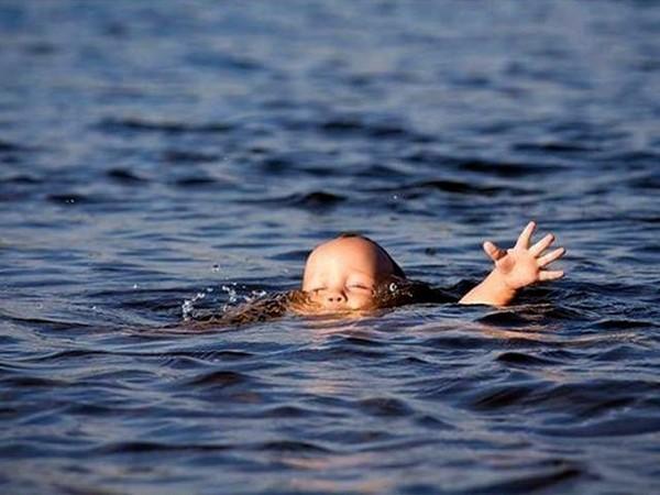 Отец стоял и просто смотрел, как умирает его ребенок: Мужчина решил не спасать 4-летнюю дочь, которая упала в реку