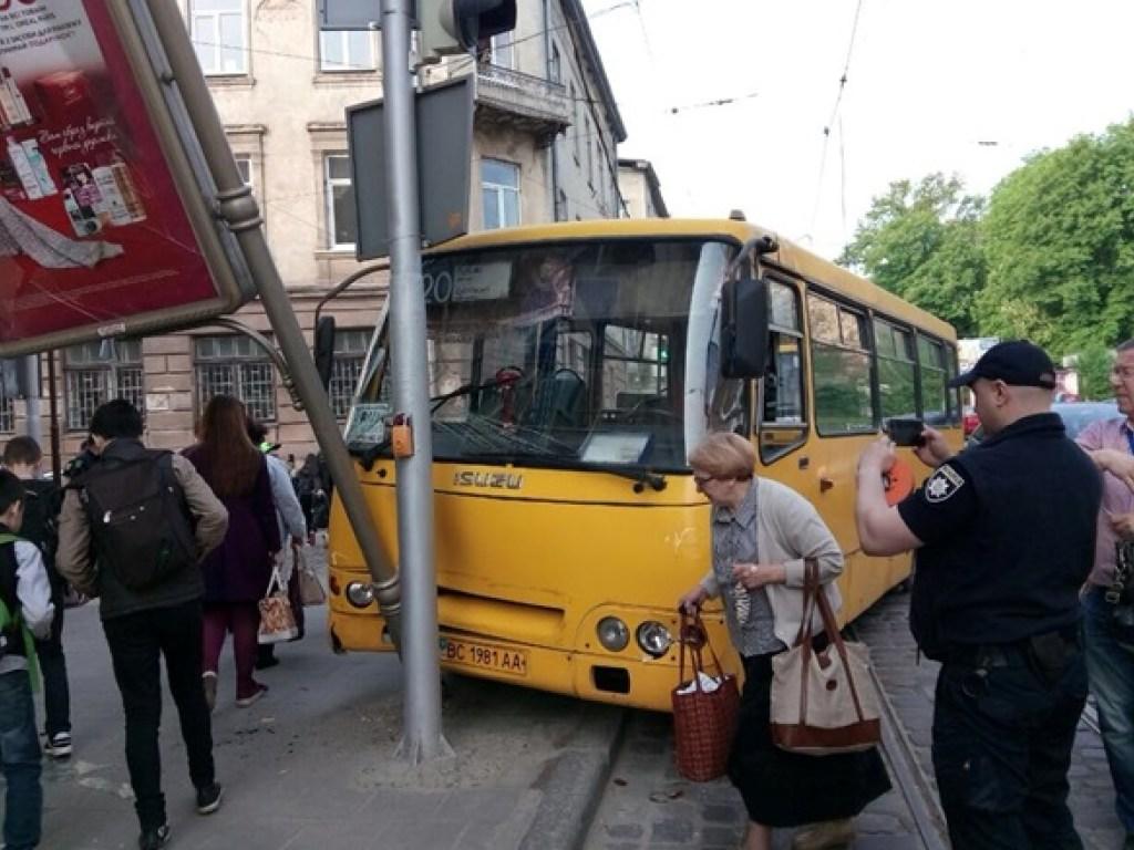 В центре Львова маршрутка, полная пассажиров, снесла столб