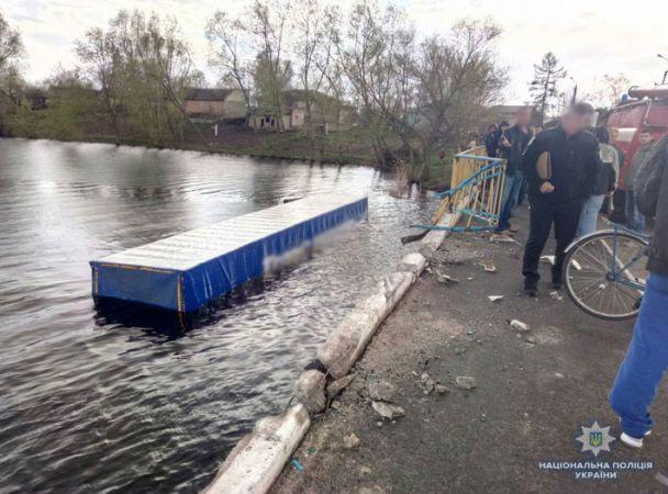 Смертельное ДТП на Черниговщине: Водитель грузовика сбил велосипедистку, вылетел с моста и утонул в реке