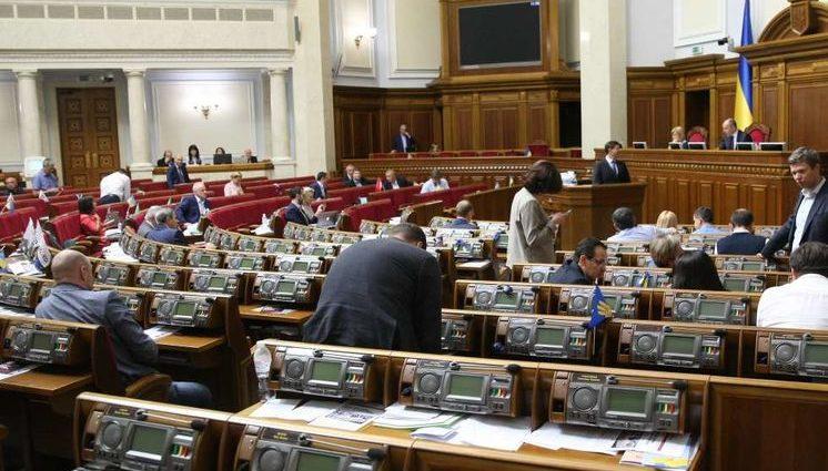 На фотографиях была известная телеведущая: Народного депутата поймали за просмотром пикантных фото в Раде