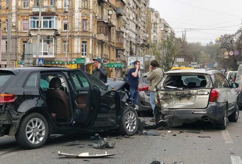 Кучи металла и лужи крови: В столице произошло масштабное ДТП