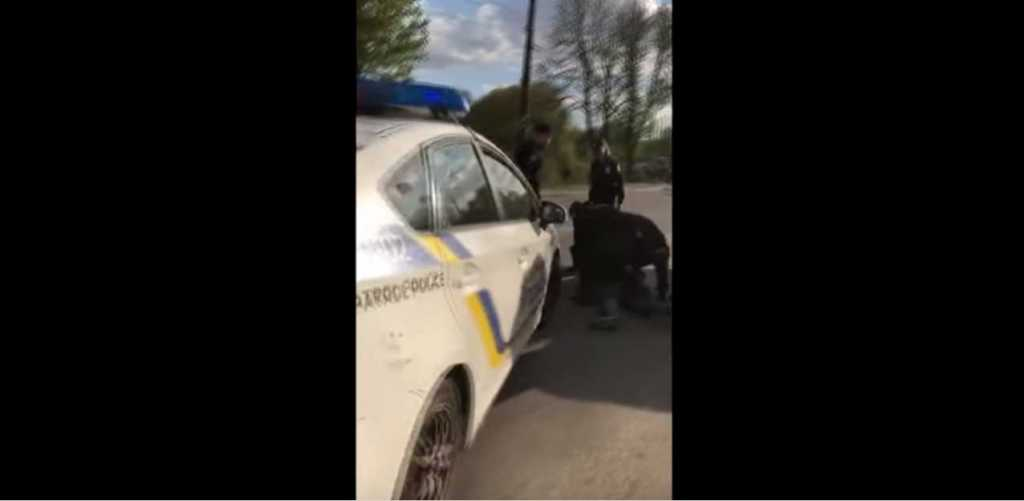 «Напали вместе и незаконно проникли в авто»: Доблестные патрульные избили водителя за замечания