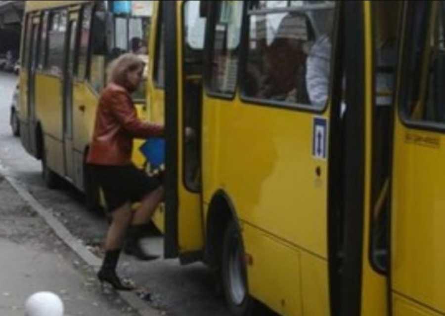 Она лежала, а маршрутка дальше ехала: Поездка в автобусе почти закончилась для 4-летнего ребенка трагедией