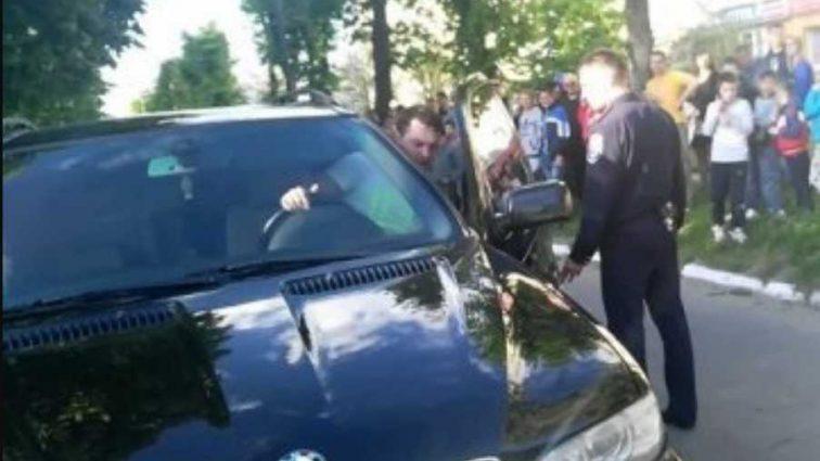 «Выскочил из машины, стал ему угрожать, а затем ..» Депутат избил коллегу