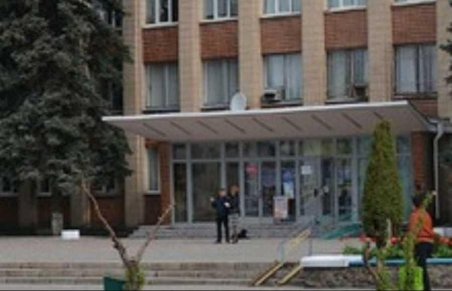«Из окна собственного кабинета»: Чиновник совершил самоубийство на рабочем месте