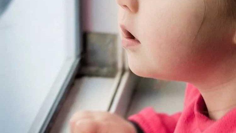 «Угрожал, что она больше никогда не увидит свою маму»: Отец забрал ребенка из садика и изнасиловал в гостинице