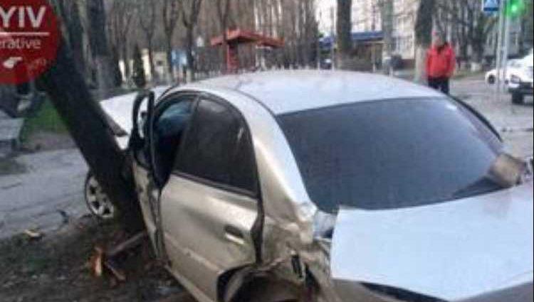 «Мальчишки ехали с кутежа»: В Киеве пьяные юноши на скорости врезались в остановку, а после …