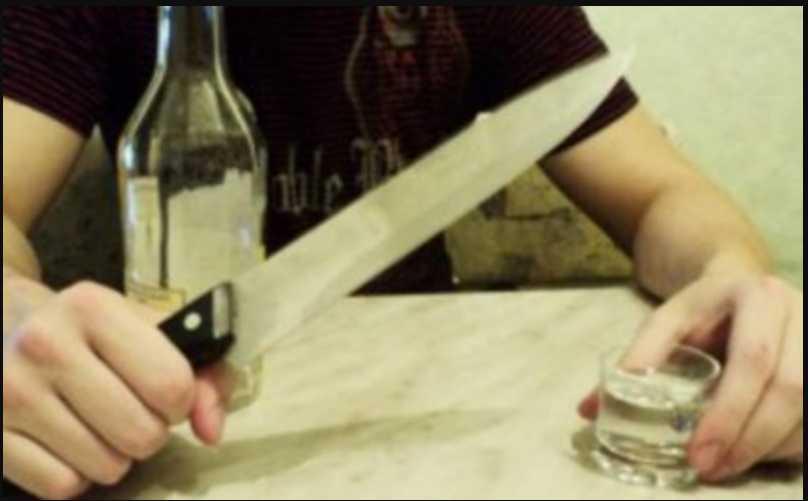 «Схватил кухонный нож и ударил им хозяина в грудь»: Застолье закончилось криминалом