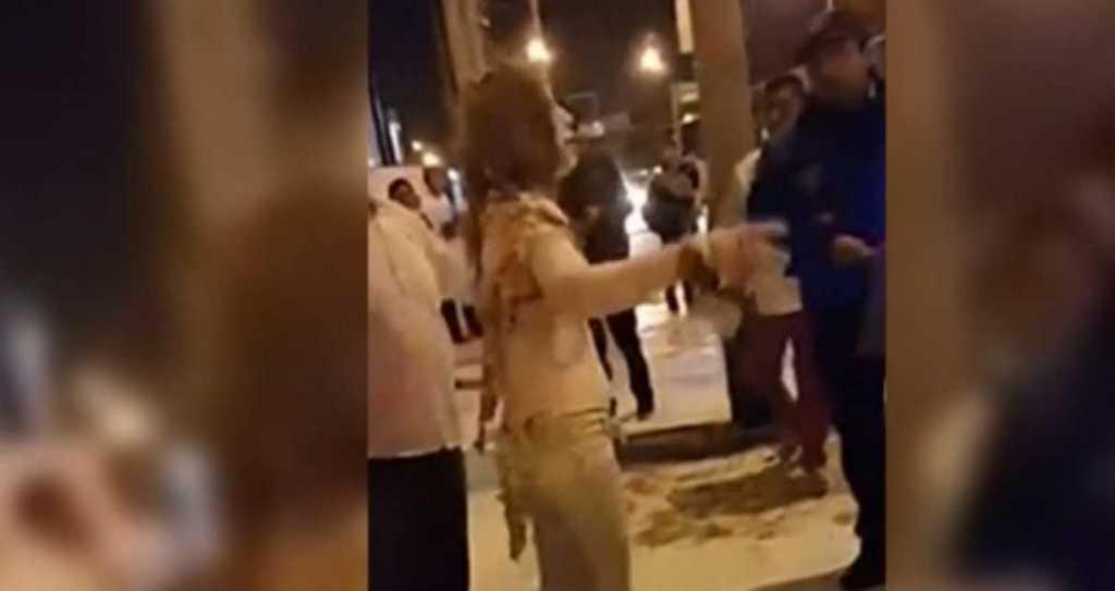 Неизвестный забежал в автобус, облил женщину бензином и поджег