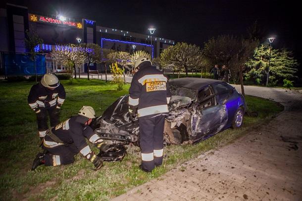 Ударом пассажирку выбросило из авто, а девушку-пешехода задело на тротуаре: Ужасное ДТП с погибшими всколыхнула столицу