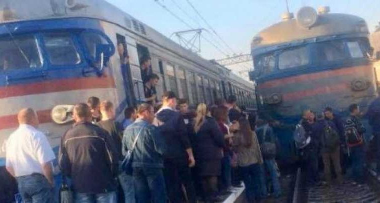 Во Львове 200 разъяренных пассажиров заблокировали движение электричек: узнайте о требованиях