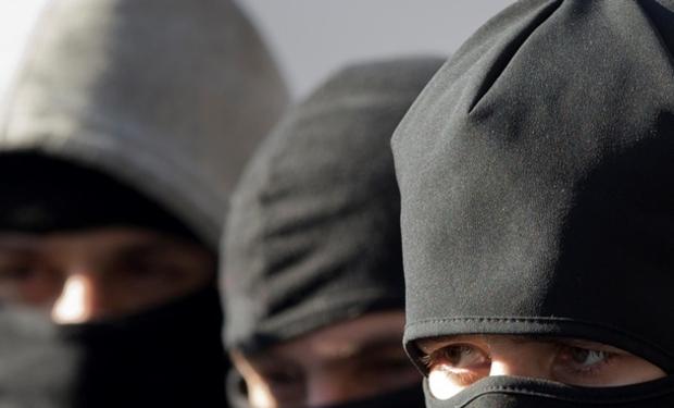 Под угрозами пыток требовали деньги: Трое грабителей в масках ограбили семью