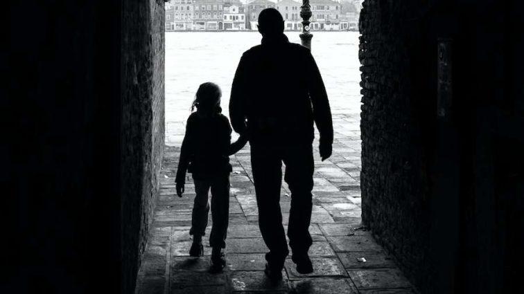 «Однажды она просто сбежала»: Отец несколько лет насиловал собственную дочь, угрожая расправой