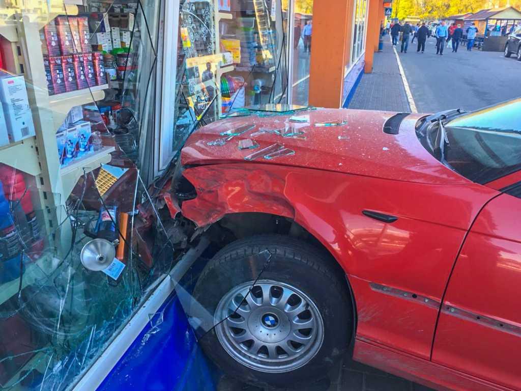 «Перепутала педали тормоза и газа …»: Девушка влетела в витрину