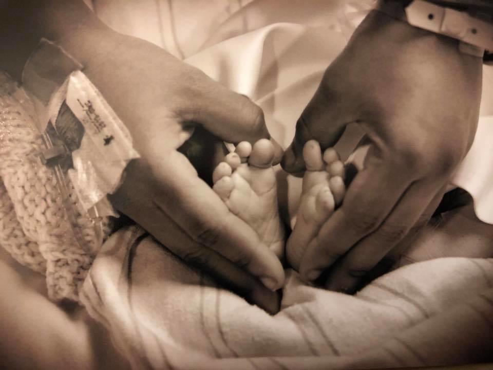 «Мой сын мертв, но я по-прежнему мать»: Девушка выложила радостное фото у гроба новорожденного младенца