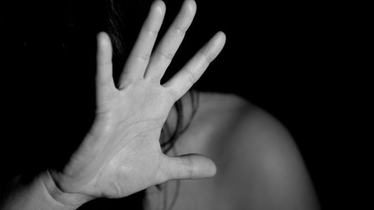 «Изнасиловал, а затем сделал своей рабыней»: Парень жестоко надругался над 13-летней девочкой