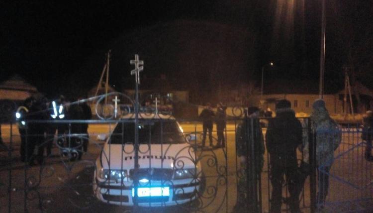 «Вытолкали верующих, угрожая оружием»: «Айдар» и «Азов» силой захватили храм