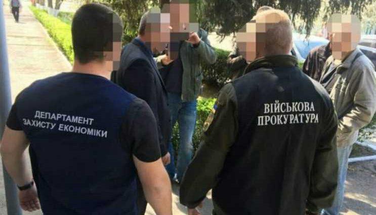 «Обещал защитить от военной службы»: На взятке 2000 долларов поймали чиновника
