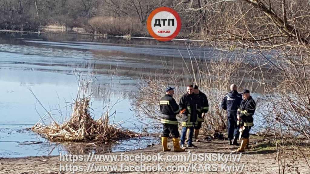 Лодку нашли на дне: В Киеве люди попадали в Днепр
