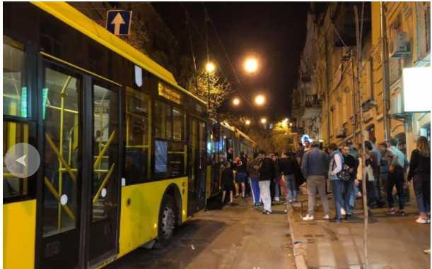 «На глазах у детей и остальных пассажиров»: В троллейбусе произошла драка с поножовщиной