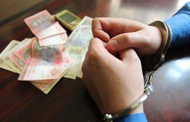 Светит 4 года за решеткой: Полицейского поймали на взятке