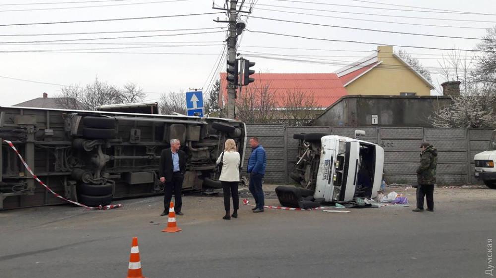 11 человек пострадали, среди них ребенок: Ужасное ДТП, оба авто перекинулись