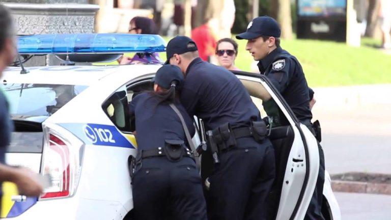 «Набрали быдло»: Женщина-полицейский избила мужчину, а все из-за …