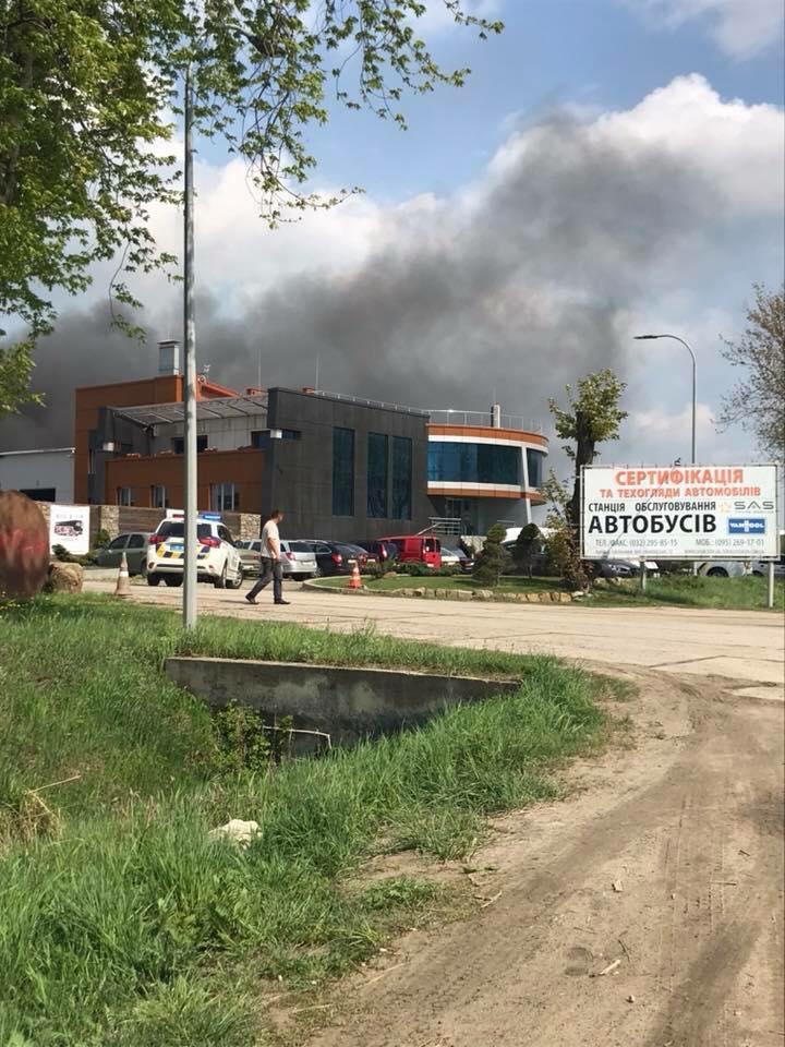 На месте работает три пожарных подразделения: Под Львовом вспыхнула станция техобслуживания
