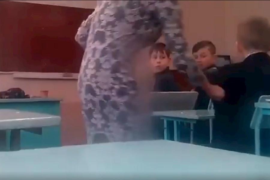 «Закрой свой паршивый рот»: В Сети возмущены поведением учительницы на уроке