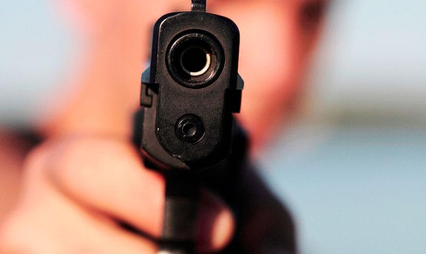 «Выстрелил ему в живот»: Пьяные мужчины в баре устроили драку со стрельбой