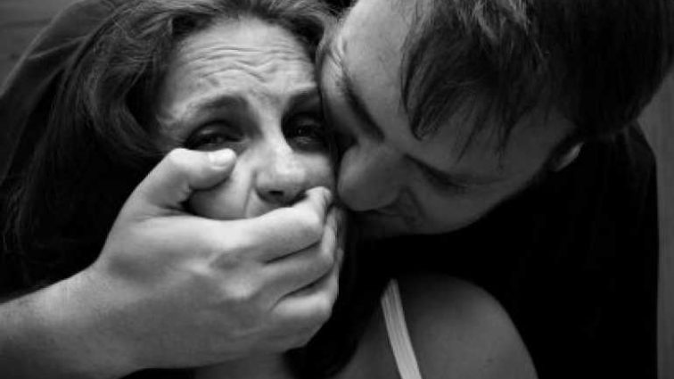 «Лег на одном диване вместе с ними, а потом …»: Мужчина изнасиловал жену друга, пока тот спал рядом