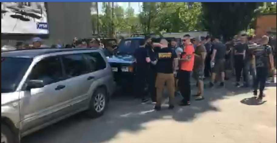 Разъяренные активисты собрались у здания Левочкина: что там происходит