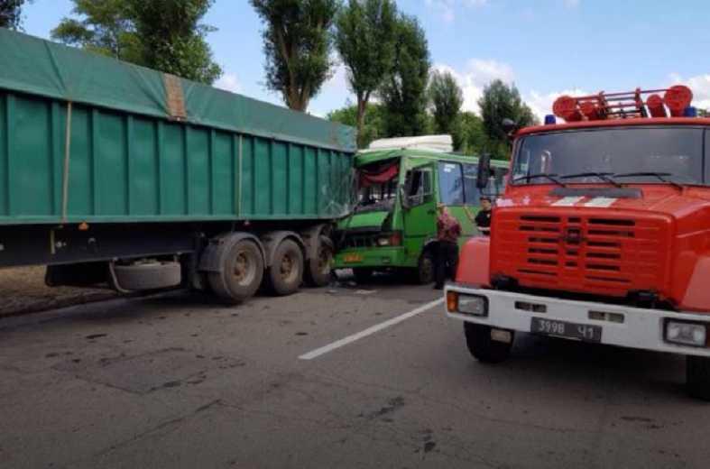 «Начал терять сознание и…»: Маршрутка протаранила грузовик, 22 пострадавших. Подробности страшной аварии на Днепропетровщине