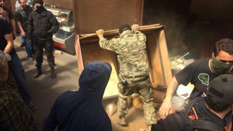 «Если он от ментов может отмазаться, то от…»: Активисты разгромили киевский рынок, где избили военного-пенсионера