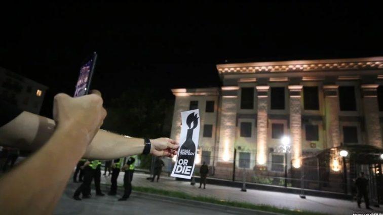 В Киеве «подожгли» посольство России: Активисты требуют освобождения украинского политзаключенного режиссера Олега Сенцова