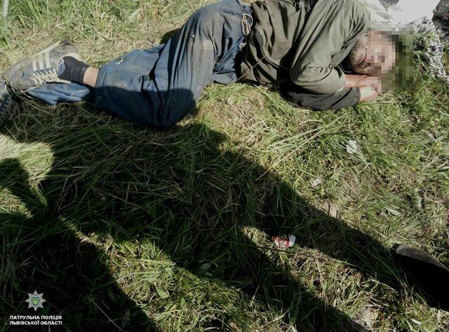 «Лежит там 3-4 дня, не может двигаться…»: В поле под Львовом нашли парализованного иностранца