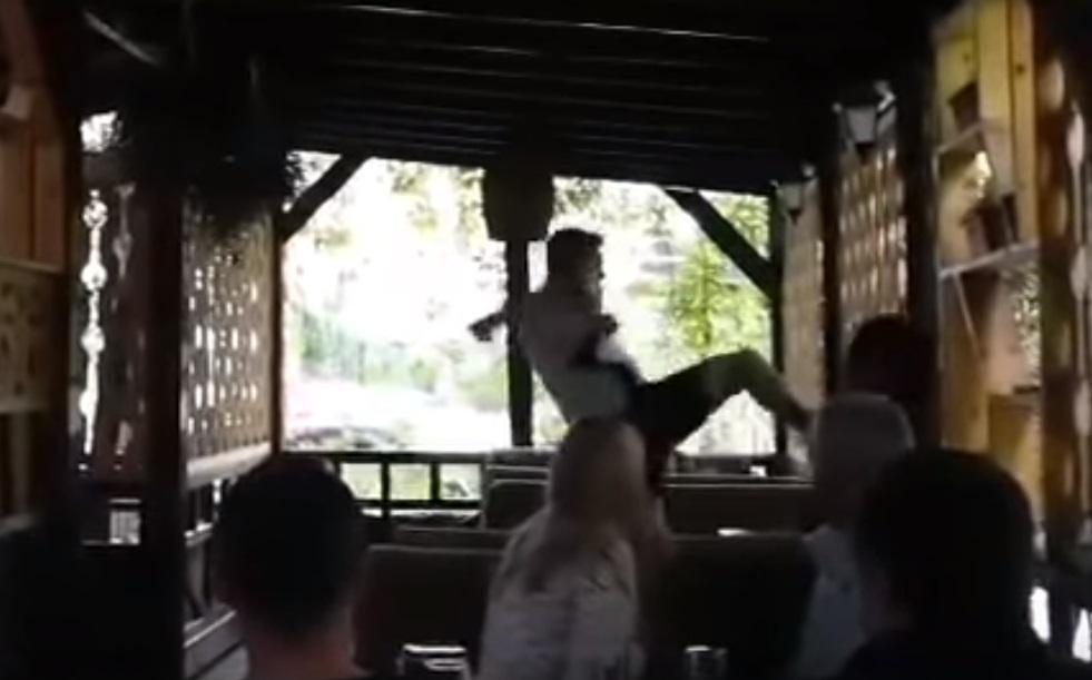 Увидел свою бывшую с капралом: Сотрудник СБУ в Херсоне избил девушку прямо в кафе